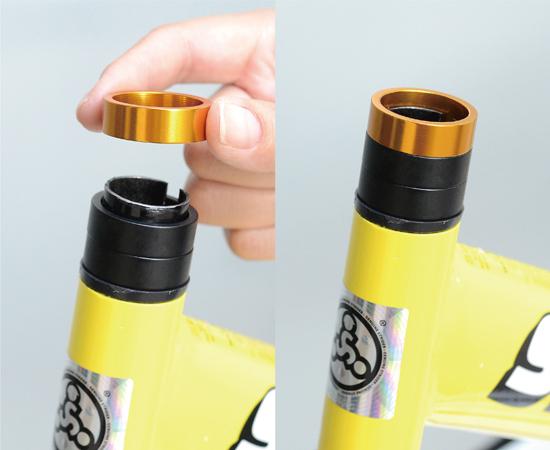 フロントフォークの突出部分に付属スペーサー(2個)と別売スペーサー(1個)、合計3個のスペーサーをかぶせます。