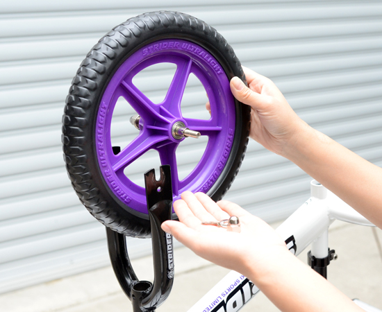 車体からEVA(樹脂)タイヤを外す