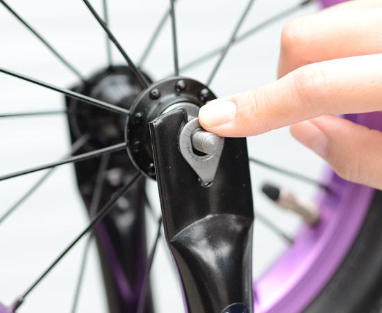 ホイール軸の外側に脱輪防止ワッシャーを挿入し、ワッシャーの爪を車体側の穴にひっかける