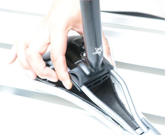 垂直に位置したクランプ金具を180°回転させ、もとの位置に戻す