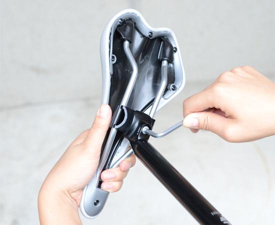 クランプシートポストのボルトを締め上げしっかりと固定する